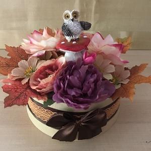 Gombán trónoló bagoly virágbox, Csokor & Virágdísz, Dekoráció, Otthon & Lakás, Virágkötés, 20 cm átmérőjű papír dobozba készülő őszi virágbox, cuki bagollyal, aki egy gombán állva szemlélődik..., Meska