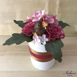 Falevelet gyűjtő sünis dísz, Csokor & Virágdísz, Dekoráció, Otthon & Lakás, Virágkötés, 9 cm átmérőjű konzerv dobozba készülő őszi virágbox, cuki sünivel, aki őszi faleveleket gyűjt. Őszi ..., Meska