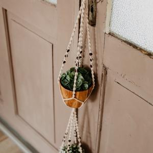 Dupla virágtartó gyönggyel , Otthon & Lakás, Dekoráció, Virágtartó, Csomózás, Újrahasznosított fonalból készült csomózott virágtartó kettő kaspónak, gyönggyel diszítve.\nAzt, hogy..., Meska