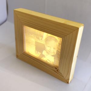 3D nyomtatott litofán kép fa képkerettel, Otthon & Lakás, Dekoráció, Asztaldísz, Fotó, grafika, rajz, illusztráció, Famegmunkálás, Fa képkeretbe ágyazott 3d nyomtatott litofán kép.\nLED háttérvilágítás a képkeretbe beépítve, elemről..., Meska