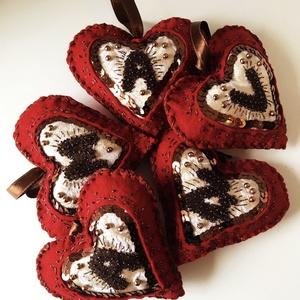 Karácsonyfadísz filcből , Karácsony & Mikulás, Karácsonyfadísz, Varrás, Filcből és brokátból készült szívek díszöltésekkel és gyöngyözéssel. Egyedi kérésre, egyedi színössz..., Meska
