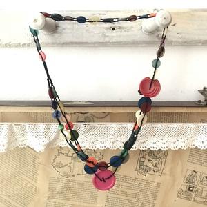 Retro gomb nyaklánc, Medál nélküli nyaklánc, Nyaklánc, Ékszer, Ékszerkészítés, Örökölt gombosdobozok színes tartalma kel életre ezekben a nyakláncokban, feldob bármilyen öltözéket..., Meska