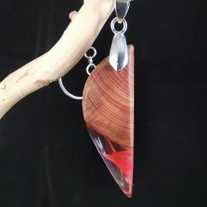 Piros folyam, Medálos nyaklánc, Nyaklánc, Ékszer, Ékszerkészítés, Famegmunkálás, Fa és műgyanta medál. Az átlátszó gyantában piros vonalak találhatóak. A medál 5 cm hosszú, 1,5 cm s..., Meska