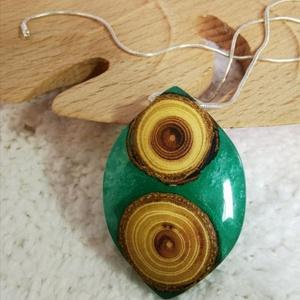 Dupla korong, Ékszer, Medál, Nyaklánc, Ékszerkészítés, Zöld gyöngyház fényű gyantában két fa szeletke található. Fényben csodálatosan irizál. A medál 4,7 c..., Meska