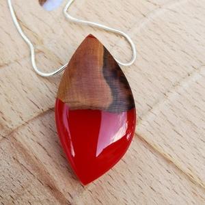 Piros csepp, Medálos nyaklánc, Nyaklánc, Ékszer, Ékszerkészítés, Meggyfa és piros műgyanta medál. Csepp alakúra csiszolt fényes darab. A medál 4,5 cm hosszú és 2 cm ..., Meska