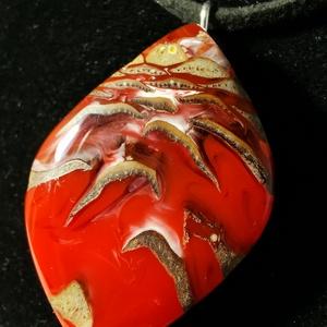 Piros tobozos, Ékszer, Nyaklánc, Medálos nyaklánc, Ékszerkészítés, Toboz és műgyanta medál. Piros ünnepi színe és a toboz mintája a karácsonyt idézi. Fekete bőr zsinór..., Meska