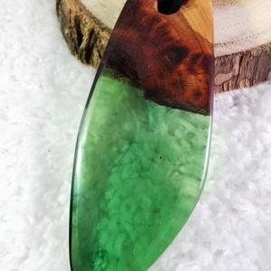 Óriás zöld, Ékszer, Nyaklánc, Medálos nyaklánc, Ékszerkészítés, Famegmunkálás, Meggyfa és műgyanta medál. A zöld áttetsző zöld műgyanta csodásan csillog. A medál 6,7 cm hosszú, 2,..., Meska