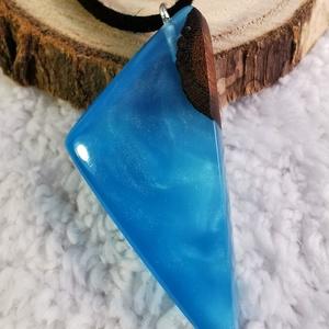 Kék háromszög, Ékszer, Nyaklánc, Medálos nyaklánc, Ékszerkészítés, Fa és műgyanta medál. A kék gyanta áttetsző, de csillogó is egyben a gyöngyház pigmenteknek köszönhe..., Meska
