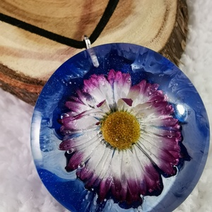 Százszorszép felhők között, Ékszer, Nyaklánc, Medálos nyaklánc, Ékszerkészítés, Famegmunkálás, Virágos műgyanta medál. Az áttetsző gyantában egy kis virág látható mely körül kék és fehér szín kev..., Meska