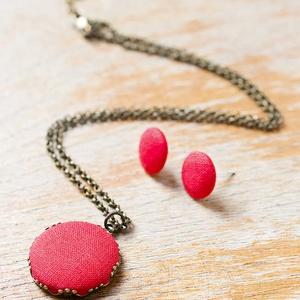 Piroska ékszerszett, Ékszerszett, Ékszer, Ékszerkészítés, Ötvös, Élénk piros egyszínű textilből készült ékszerszett. Mintás ruhához is bátran viselhető, vagy ha kell..., Meska