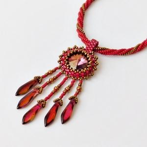 Elegáns bordó-arany gyöngy nyaklánc Swarovski kristállyal, Ékszer, Medál, Nyaklánc, Gyöngyfűzés, gyöngyhímzés, Ékszerkészítés, Káprázatos, egyedi és elegáns, modern gyöngy nyakék bordó és arany színek szenvedélyes kombinációjáb..., Meska