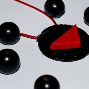 Vörös és fekete  kerámia ékszer Akció! 2 db áráért 3 db , Ékszer, Medálos nyaklánc, Nyaklánc, Egyszerre csak egy akció vehető igénybe. Te választhatod ki melyiket szeretnéd! Darabonként is megvá..., Meska
