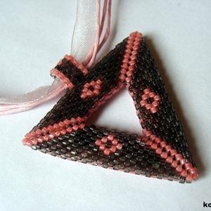 Rózsaszín-szürke háromszög medálos nyaklánc (korallkata) - Meska.hu