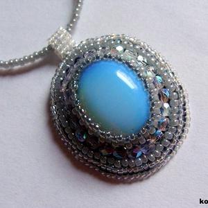 AKCIÓ! Gyöngyhímzett medál, ezüst-kék színben opatit kaboshonnal (korallkata) - Meska.hu