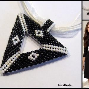 Fekete-fehér háromszög medálos nyaklánc (korallkata) - Meska.hu