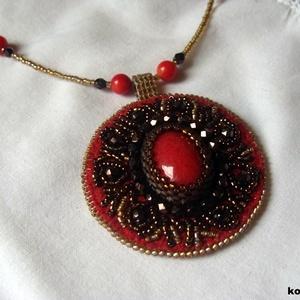 Gyöngyhímzett medál korall ásvánnyal (korallkata) - Meska.hu