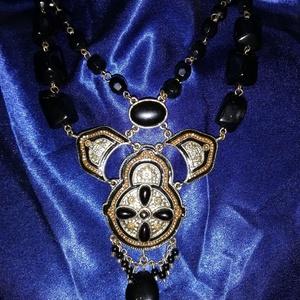 Fekete - arany nyakék, Ékszer, Nyaklánc, Ékszerkészítés, Fekete - arany nyakék.\n59cm\nKözépső arany rész 7,5cmx9cm, Meska
