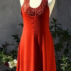 Narancs-rozsda ruha flitteres mellrésszel, Táska, Divat & Szépség, Női ruha, Ruha, divat, Ruha, Estélyi ruha, Varrás, Narancs-rozsda színű muszlin ruha, aminek nyitott a háta. Ugyanolyan színű, taft anyagú melldísze fl..., Meska