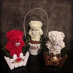 Örökké virágzó maci, Csokor & Virágdísz, Dekoráció, Otthon & Lakás, Mindenmás, A macikat hungarocell alapra ráragasztott papírrózsákból készítettem, majd beleültettem 1-1 fa kerít..., Meska