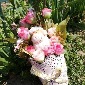 Bari rózsákkal asztaldísz, Otthon & lakás, Dekoráció, Ünnepi dekoráció, Húsvéti díszek, Virágkötés, Varázsolj ünnepi hangulatot asztaldíszemmel!\nMérete: kb. 10*25 cm., Meska