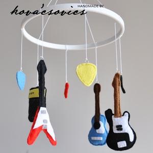 Gitáros kiságyforgó - nem csak leendő Rock sztároknak - gitárok, pengetők, erősítő, vegyes színekben, Gyerek & játék, Gyerekszoba, Dekoráció, Otthon & lakás, Mobildísz, függődísz, Varrás, Egyedi, kézzel készített kiságyforgó.\n\n3 gitár (2 elektromos, 1 akusztikus), erősítő, 4 pengető (veg..., Meska