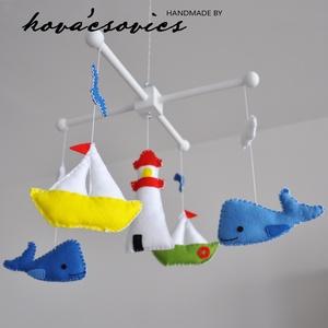 Tengerész kiságyforgó - világítótorony, 2 bálna, 2 hajó (vegyes színekben) , Gyerek & játék, Gyerekszoba, Dekoráció, Otthon & lakás, Mobildísz, függődísz, Varrás, Egyedi, kézzel készített kiságyforgó.\n\nVilágítótorony, 2 bálna, 2 hajó madarakkal, felhőkkel kis ten..., Meska