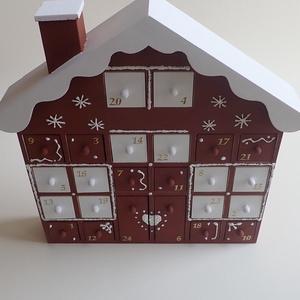 """Fa adventi naptár ház - Adventi kalendárium fából, Otthon & Lakás, Karácsony & Mikulás, Adventi naptár, Decoupage, transzfer és szalvétatechnika, Festészet, Fa adventi naptár házikó.\n\""""Mézeskalácsos\"""" díszítéssel, barna-fehér színekben, festve, díszítve.\nTöbb..., Meska"""