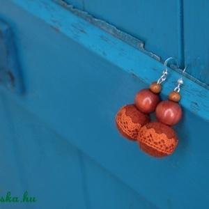 nemez fülbevaló csipkével, Ékszer, Fülbevaló, Ékszerkészítés, Nemezelés, Nemezgolyóból és fagyöngyökből készített narancssárga fülbevaló. Különlegessége a csipke szegély, me..., Meska