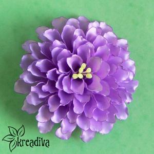 Lila virág hajdísz, Táska, Divat & Szépség, Hajbavaló, Ruha, divat, Ékszer, Kitűző, bross, Ékszerkészítés, Mindenmás, Pompázatos lila dália szatén szalagból, saját készítésű, csillogó sárga bibékkel.\nA virág átmérője 1..., Meska
