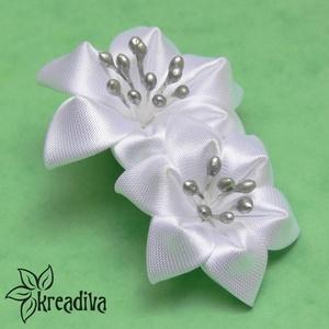 Fehér dupla virág hajdísz, Táska, Divat & Szépség, Hajbavaló, Ruha, divat, Ékszer, Kitűző, bross, Ékszerkészítés, Mindenmás, Bájos fehér virágok szatén anyagból, ezüst bibékkel.\nA virág hosszúsága 8,5 cm, szélessége 5,5 cm.\n\n..., Meska