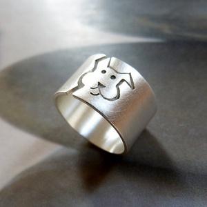 Kutya ezüst gyűrű (széles, szatén), Ékszer, Gyűrű, Figurális gyűrű, Fémmegmunkálás, Ötvös, Egyedi tervezésű gyűrű kutya mintával, Sterling ezüstből. Fűrészelt, hajlított, kalapált, szatén fén..., Meska