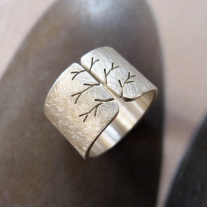 Fa ezüst gyűrű (széles, csiszolt) , Ékszer, Gyűrű, Fémmegmunkálás, Ötvös, Gyűrű fa mintával, Sterling ezüstből. Fűrészelt, hajlított, csiszolt befejezéssel. \n\nMéret: igény sz..., Meska