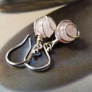 Rózsakvarc ezüst fülbevaló, Ékszer, Fülbevaló, Ékszerkészítés, Ötvös, Fülbevaló rózsakvarc gyöngyből, Sterling ezüst dróttal tekergetve. Sterling ezüst akasztóval.\n\nMéret..., Meska