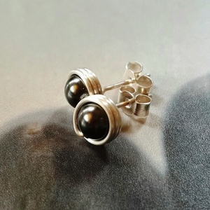 Swarovski gyöngy ezüst fülbevaló, Ékszer, Fülbevaló, Ékszerkészítés, Bedugós fülbevaló 6 mm nagyságú, fekete Swarovski gyöngyökből ezüst ékszerdrótból. \n\nSterling ezüst ..., Meska