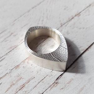 Modern, levélerezetes gyűrű, Ékszer, Gyűrű, Ékszerkészítés, Ötvös, Modern, egyedi ezüst gyűrű levélerezetes mintával a két lapján.\n\nDobozolt technikával készült, a bel..., Meska