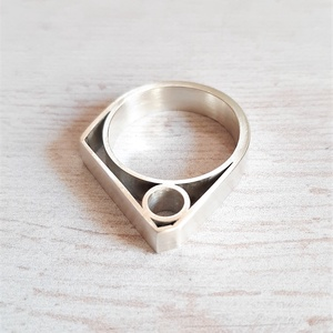 Modern ezüst gyűrű 3., Statement gyűrű, Gyűrű, Ékszer, Ékszerkészítés, Ötvös, Modern, geometrikus Sterling ezüst gyűrű.\n\nKét rétegű forma, szatén fényűre polírozva.\n\nEgyedi darab..., Meska