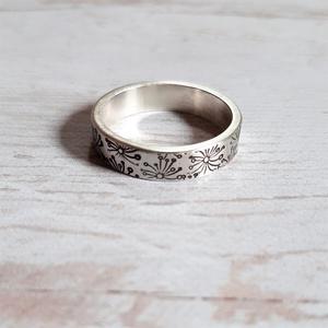 Vastag ezüst karikagyűrű pitypang mintával, Ékszer, Gyűrű, Ékszerkészítés, Ötvös, Masszív, vastag anyagból készült Sterling ezüst karikagyűrű pitypang mintával.\n\nMéret: 58 \n\nSzélessé..., Meska