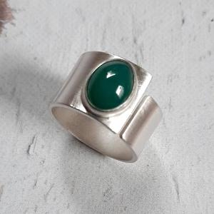 Zöld achát ezüst gyűrű, Ékszer, Gyűrű, Fémmegmunkálás, Ötvös, Gyűrű egy szép, ovális zöld achát kabosonból és ezüstből. Alapja szatén fényűre csiszolt. Nyitott, k..., Meska
