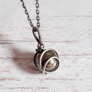 Pirit ezüst nyaklánc, Ékszer, Medál, Nyaklánc, Ékszerkészítés, Ötvös, Egyszerű, elegáns medál ezüst drótból és pirit gyöngyből. Az ezüstöt antikoltam és políroztam.\nSterl..., Meska
