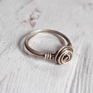 Rózsa ezüst gyűrű , Ékszer, Gyűrű, Ékszerkészítés, Ötvös, Rózsa gyűrű Sterling ezüst drótból.\n\nMéret: 53-as.\n\nMás méretben is szívesen elkészítem, a rózsa (te..., Meska