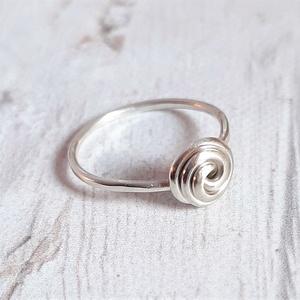 Rózsa ezüst gyűrű 2., Ékszer, Gyűrű, Ékszerkészítés, Ötvös, Rózsa gyűrű Sterling ezüst drótból. Fényesre polírozva.\n\nMéret: 53-as.\n\nMás méretben is szívesen elk..., Meska