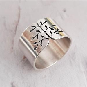 Tavaszi fa ezüst gyűrű (széles, szatén), Ékszer, Gyűrű, Szoliter gyűrű, Fémmegmunkálás, Ötvös, Gyűrű leveles fa mintával, Sterling ezüstből. Fűrészelt, hajlított, szatén fényűre polírozott.  Sajá..., Meska