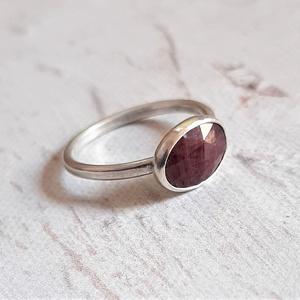 Rubin ezüst gyűrű , Ékszer, Gyűrű, Ékszerkészítés, Ötvös, Szép, szabálytalan alakú, csiszolt rubin kabosont foglaltam be elegáns gyűrűvé.\nEgyedi darab.\n\nMéret..., Meska