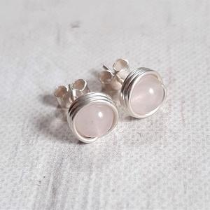 Rózsakvarc ezüst bedugós fülbevaló, Ékszer, Fülbevaló, Pötty fülbevaló, Ékszerkészítés, Bedugós fülbevaló 6 mm nagyságú rózsakvarc gyöngyökből, ezüst ékszerdrótból. Jelzett sterling ezüst ..., Meska