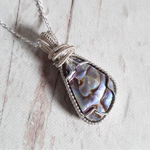 Páva kagyló ezüst medál , Ékszer, Nyaklánc, Medál, Medál egy szabálytalan csepp alakú abalon (páva kagyló) kabosonból, drótos Sterling ezüst foglalatba..., Meska