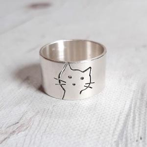 Cica ezüst gyűrű (széles, matt), Ékszer, Gyűrű, Figurális gyűrű, Gyűrű egyedi tervezésű cica mintával, Sterling ezüstből. Fűrészelt, hajlított, mattra csiszolt.   Mé..., Meska