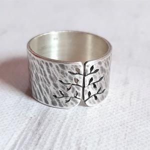 Rusztikus tavaszi fa ezüst gyűrű (széles, kalapált) , Ékszer, Gyűrű, Statement gyűrű, Gyűrű leveles fa mintával, Sterling ezüstből. Fűrészelt, hajlított, kalapált, antikolt, polírozott. ..., Meska