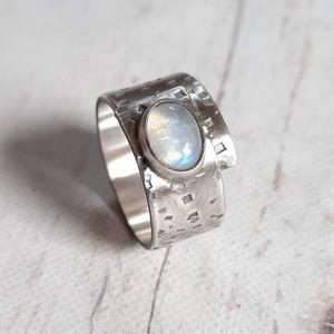 Holdkő ezüst gyűrű , Ékszer, Gyűrű, Statement gyűrű, Rusztikus gyűrű szivárvány holdkő kabosonból és ezüstből. Alapja rusztikus kalapált mintás, nyitott,..., Meska