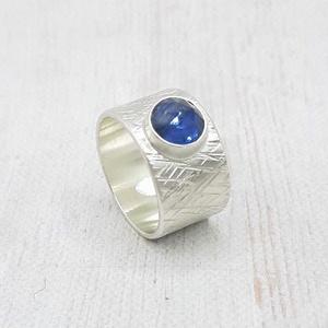 Kianit ezüst gyűrű , Ékszer, Gyűrű, Statement gyűrű, Ékszerkészítés, Ötvös, Kerek kianit kabosont foglaltam Sterling ezüstbe. A gyűrűsín mintázott, szívesen antikolom is kérésr..., Meska