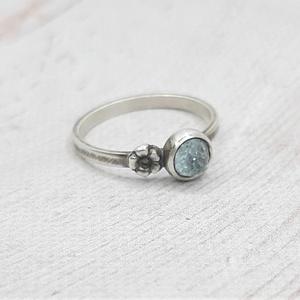 Topáz ezüst gyűrű , Ékszer, Gyűrű, Szoliter gyűrű, Ékszerkészítés, Ötvös, Kerek rózsa csiszolású égkék topáz kabosont foglaltam Sterling ezüstbe, kis virággal díszítettem. A ..., Meska